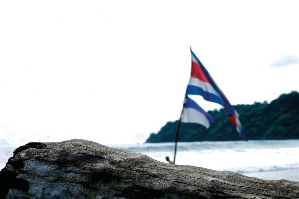 Drapeau Costaricain avec la silhouette de Raphaël au loin