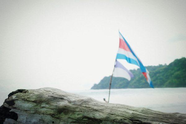 Drapeau Costa Rica sur la plage en face de notre hôtel