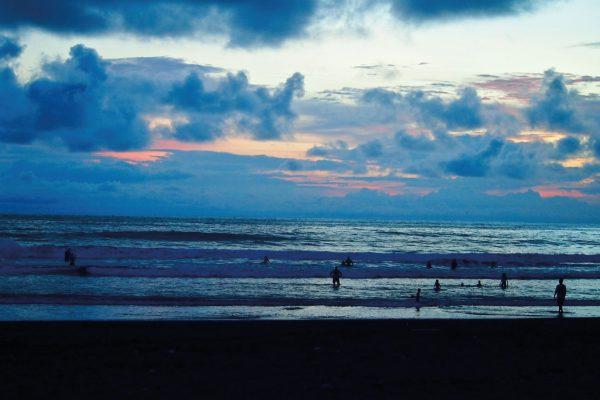 La Tribu surf sur un coucher de soleil